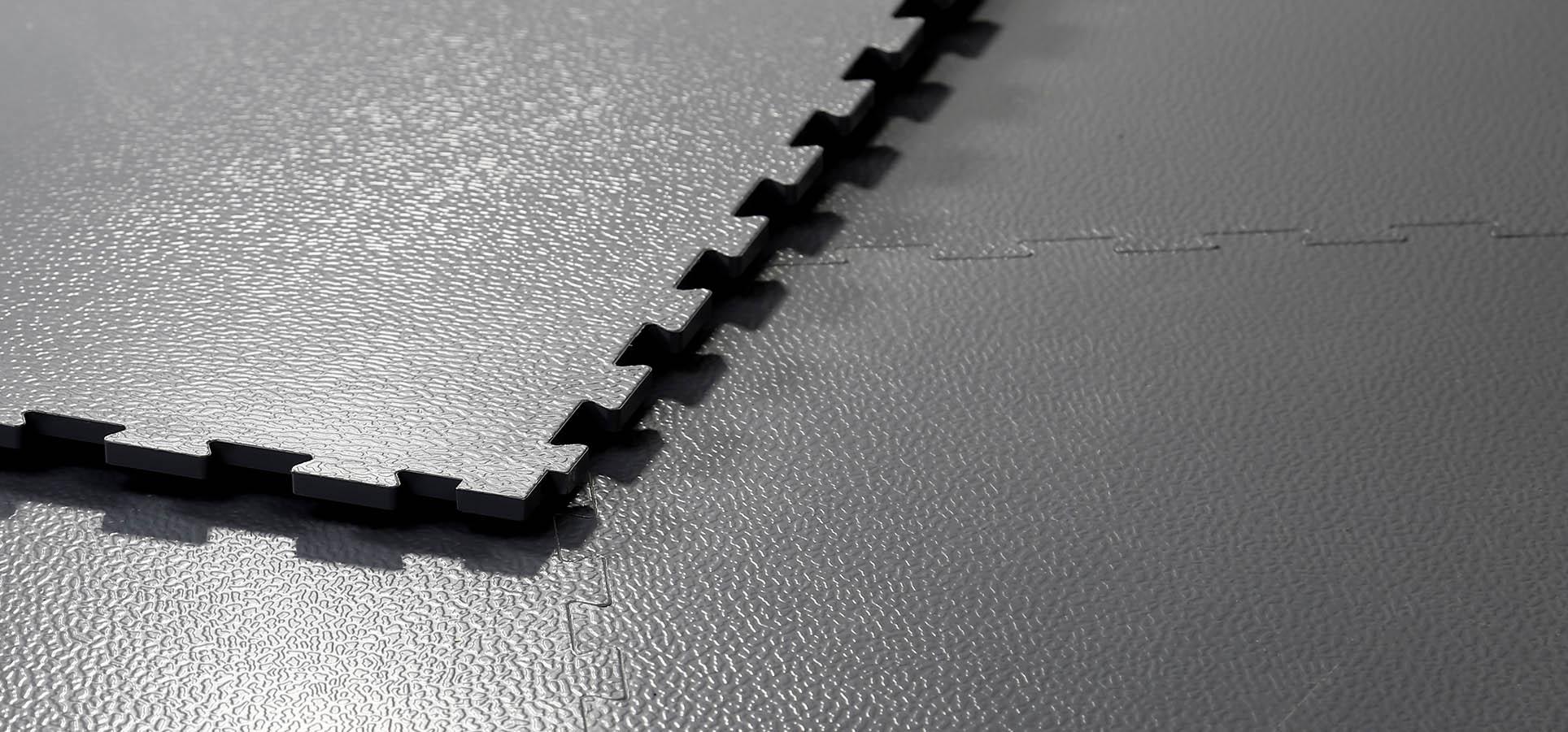 Hier sieht man die Verzahnung unserer neuen dicht schließenden PVC Bodenplatte Retail.