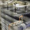 Das ist in bearbeitetes Bild von der Fertigungsstraße der PVC Bodenplatten