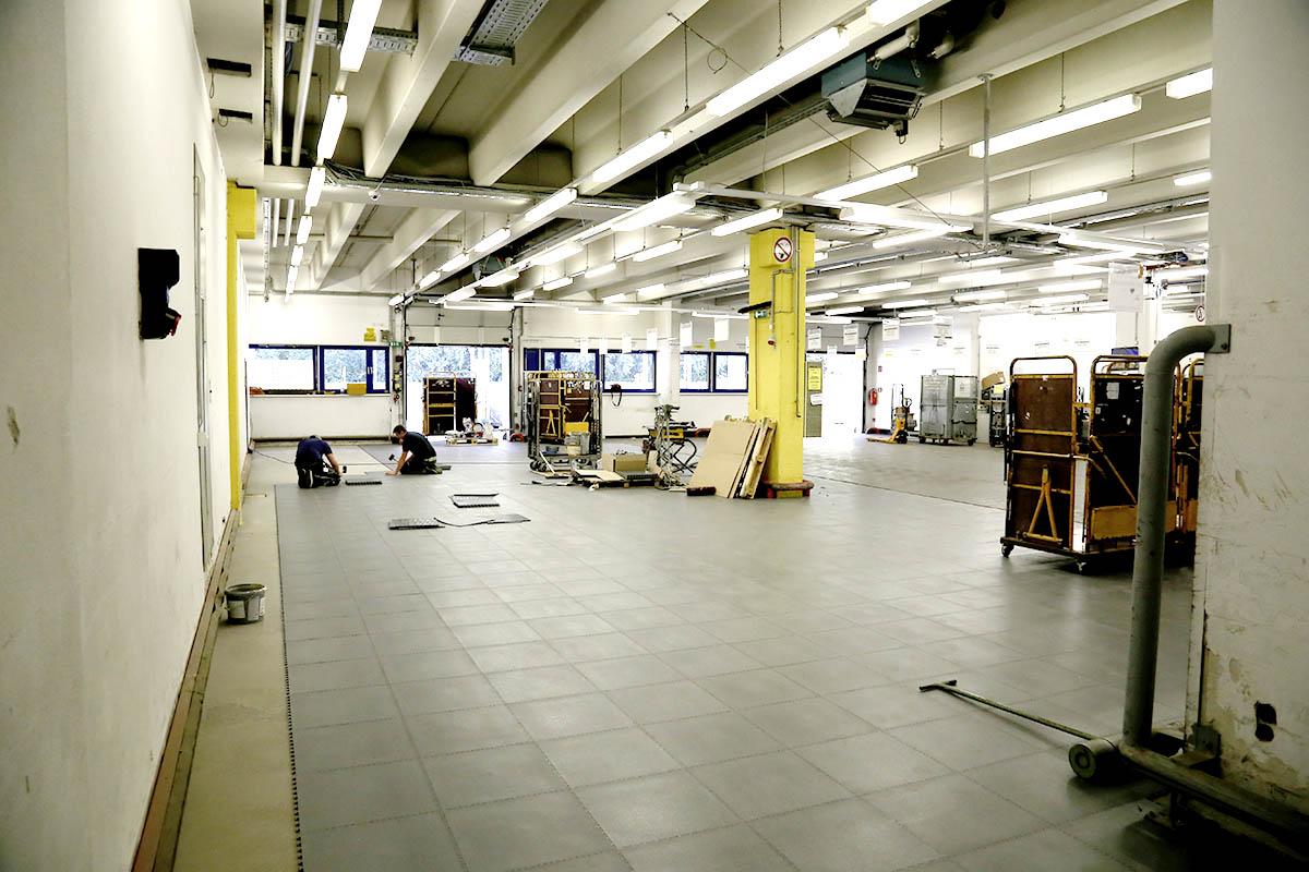 Hier sieht man die einfache Verlegung des PVC Bodenbelages in einer Halle.