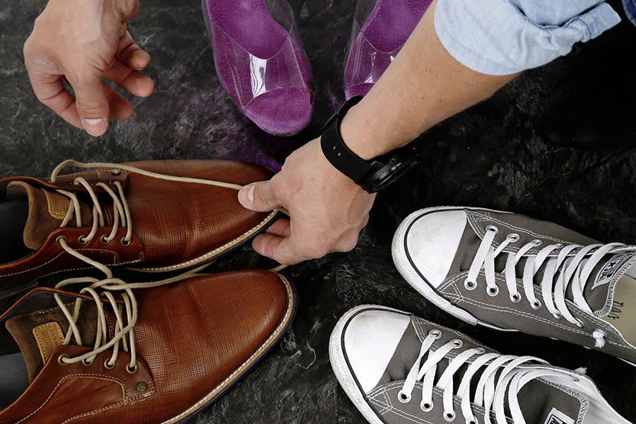 Am Bild sind Schuhe in verschiedenen Farben auf den PVC Bodenbelag Decoline zu sehen.