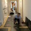 Am Bild sieht man den Spaß unserer Kunden beim einfachen Verlegen unseres Bodenbelages Visiofloor. Im Handumdrehen entsteht hier ein bedruckter Bodenbelag in Industriequalität.